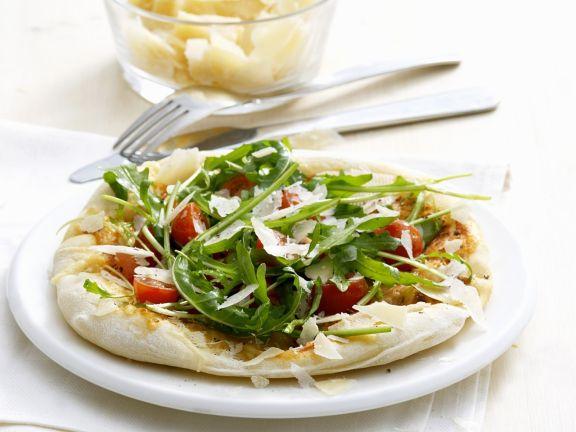 Rucola-Pizzabrot mit Tomaten und Parmesan