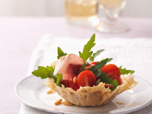 Rucola-Tomaten-Salat im Parmesankörbchen