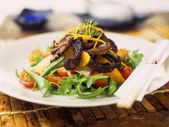 Rucola-Tomatensalat mit gebratenem Schweinefleisch