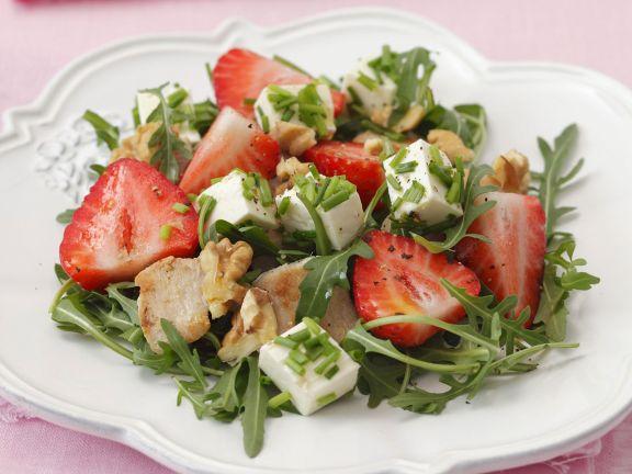 Rucolasalat mit Erdbeeren, Schafskäse, Hähnchen und Walnusskernen