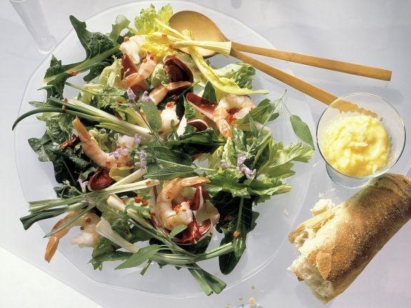 Rucolasalat mit Gemüse und Garnelen
