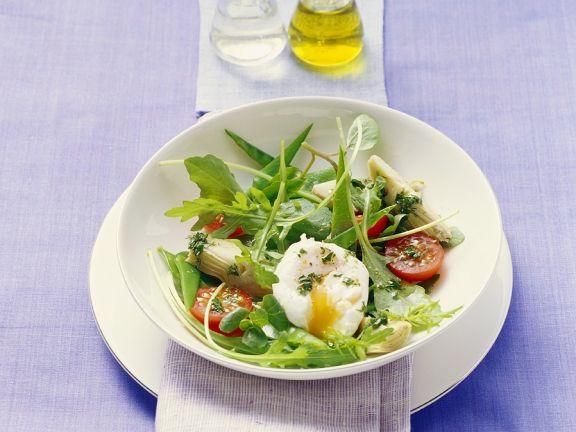 Rucolasalat mit Gemüse und pochiertem Ei