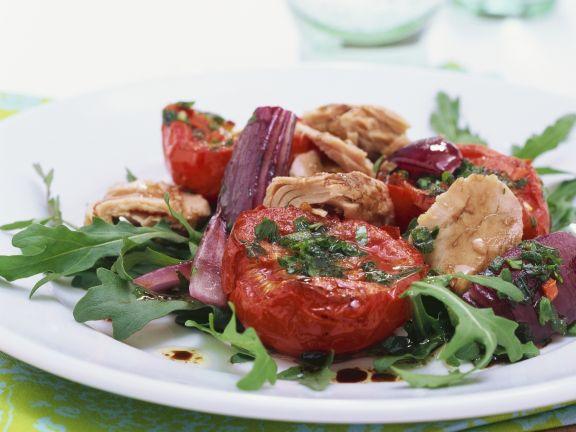 Rucolasalat mit Thunfisch und gebackenen Tomaten