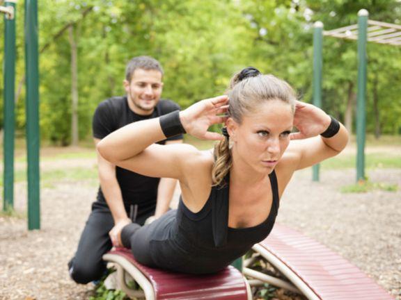 Frau mach Rückentraining unter Anleitung