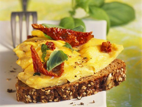 Rührei mit Tomaten auf Brot