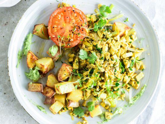 Rührtofu mit Avocado, Kartoffeln und Tomaten