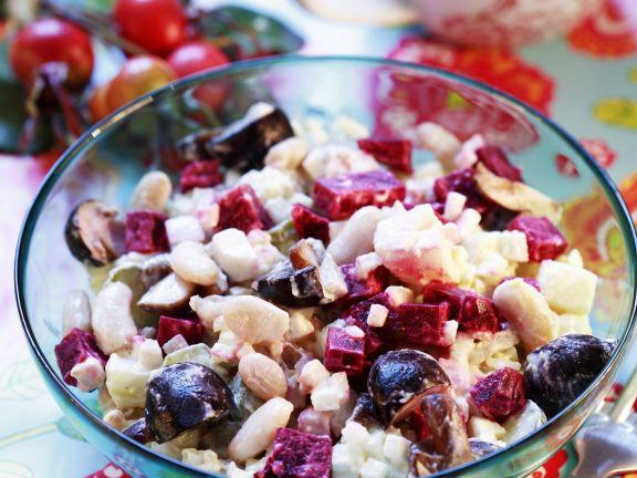 Russischer Gemüsesalat mit Roter Bete und Pilzen