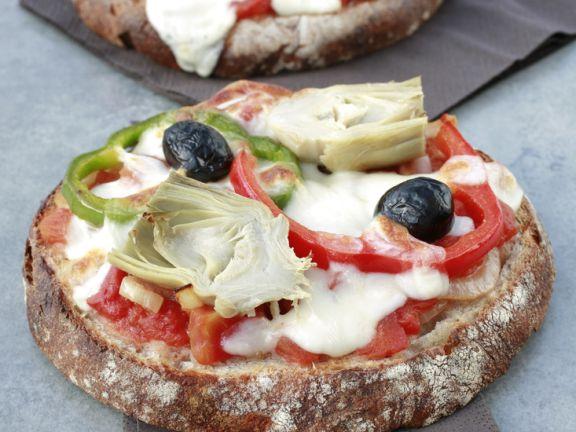 Rustikale Pizza aus Brotscheiben