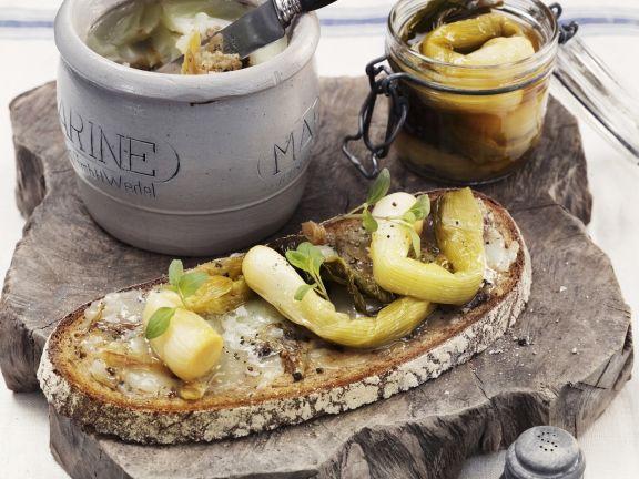 Rustikales Brot mit Gänseschmalz und glasierten Lauchzwiebeln