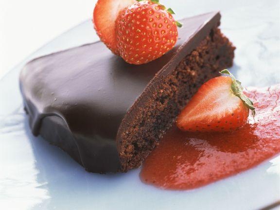 Saftiger Schokoladenkuchen mit Glasur und Erdbeeren