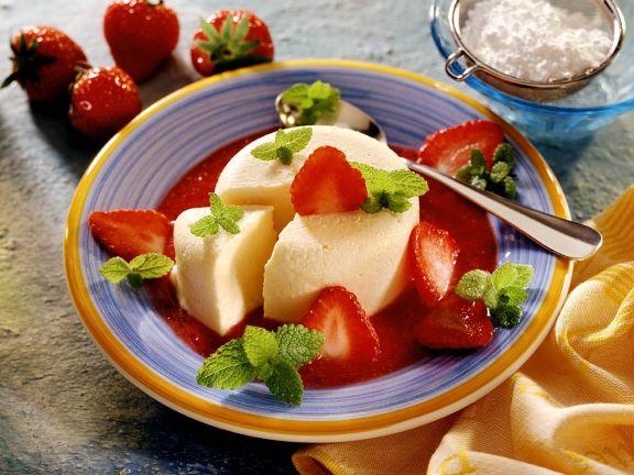 Sahne-Parfait mit Erdbeersauce