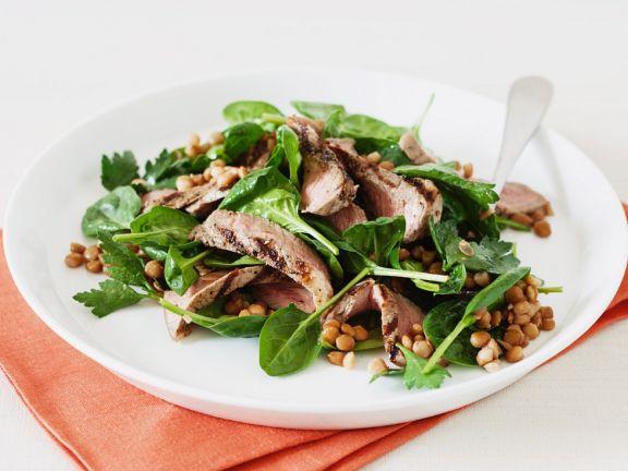 Salat aus Babyspinat und Linsen mit gegrilltem Lammrückenfilet