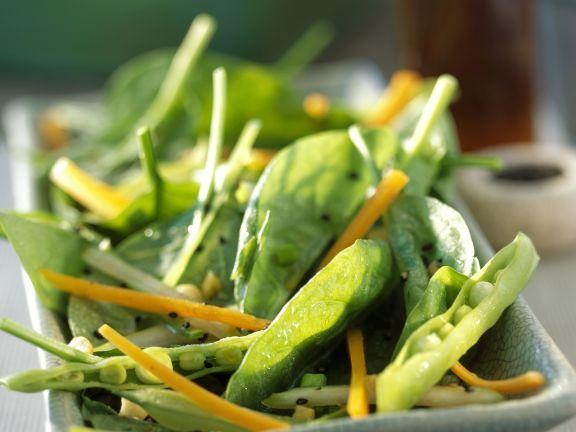Salat aus Blattspinat, Erbsenschoten und Karotten