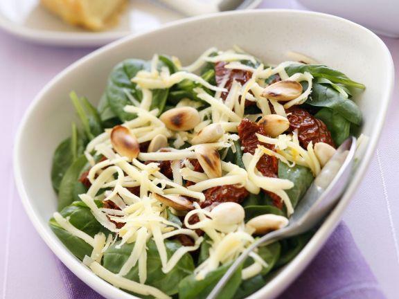 Salat aus Blattspinat, getrockneten Tomaten und Käse