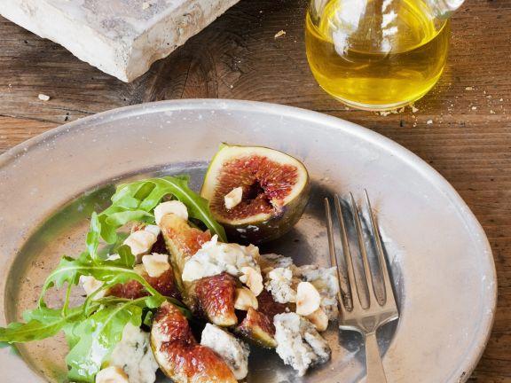 Salat aus Feigen, Edelschimmelkäse, Haselnüssen und Rauke
