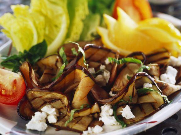 Salat aus gegrillten Auberginen und Schafskäse
