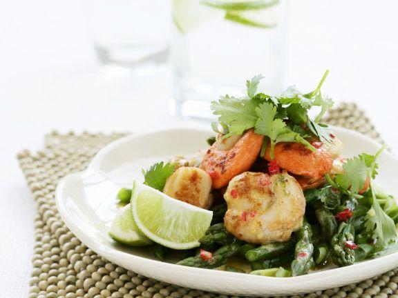 Salat aus grünem Spargel mit Jakobsmuscheln und Koriander
