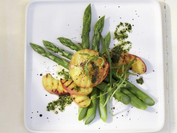 Salat aus grünem Spargel mit Pfirsich und Minzvinaigrette