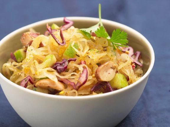 Salat aus Sauerkraut und Erdnüssen