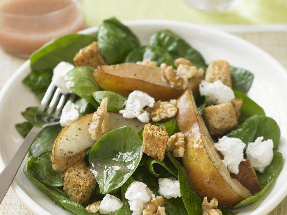 Salat aus Spinat, Birnen, Nüssen und Feta