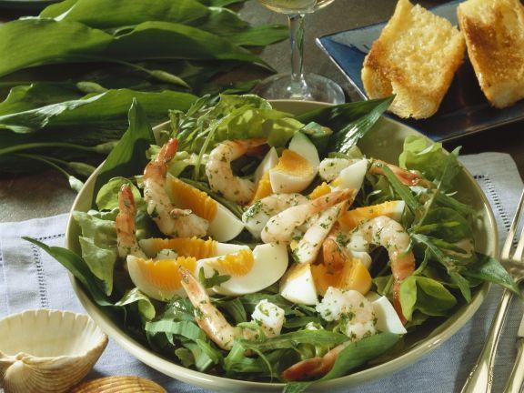 Salat aus Wildkräutern mit Eiern und Shrimps
