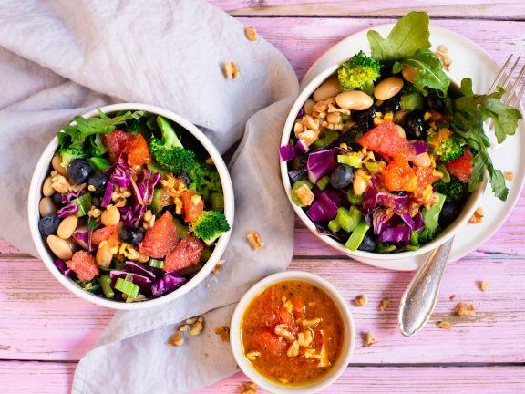Salat-Bowl mit Heidelbeeren und Grapefruit-Kurkuma-Dressing