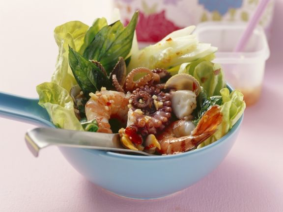 Salat im asiatischen Stil mit Meeresfrüchten
