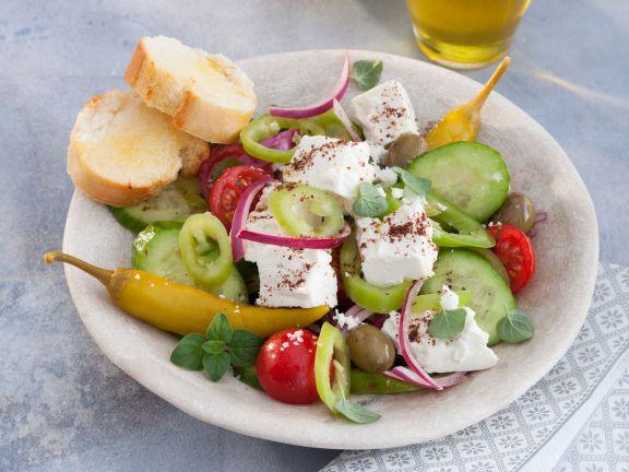 Salat Mediterranée mit Knoblauch-Baguette