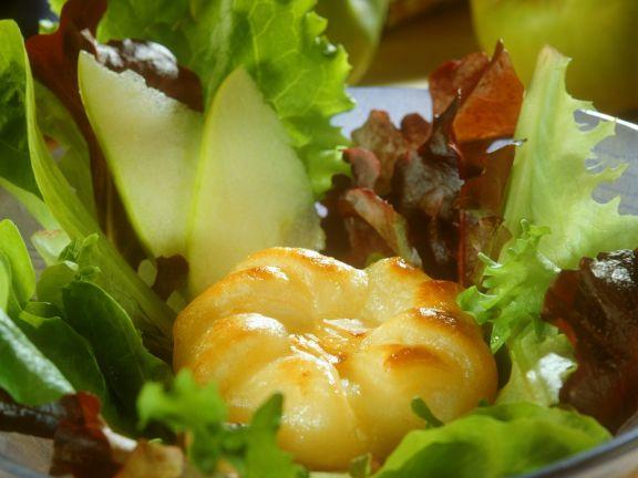 Salat mit Apfel in Blätterteig gebacken