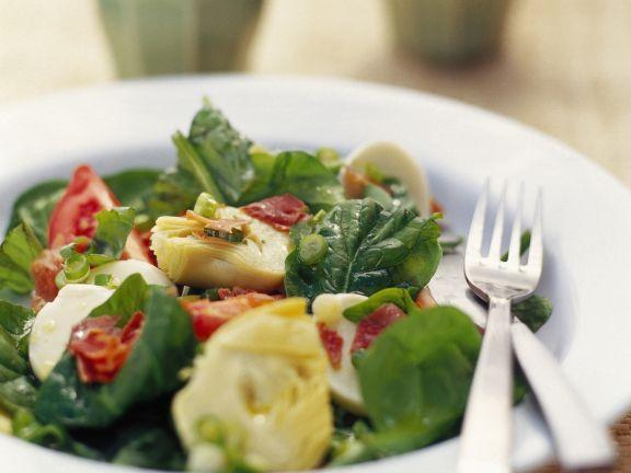 Salat mit Artischocken und gebratenem Schinken