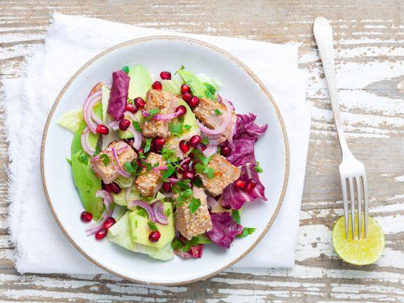 Salat mit Avocado und Thunfisch in Sesam