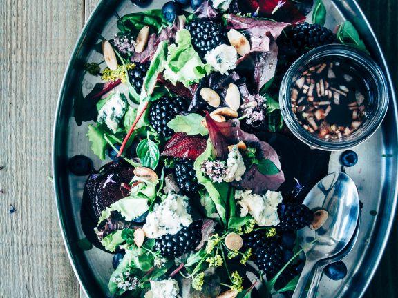Salat mit Beeren, Mandeln und Blauschimmelkäse