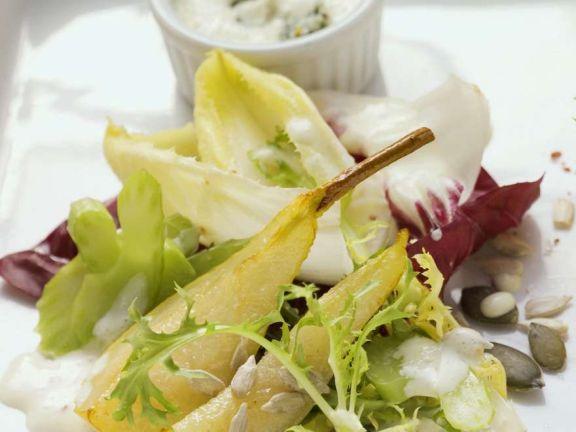 Salat mit Birnen und Käsedressing