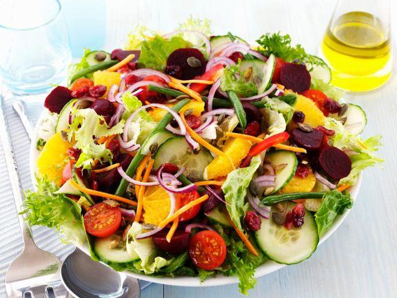 Salat mit Bohnen, Rote Bete, Tomaten, Gurke, Orange, Kernen