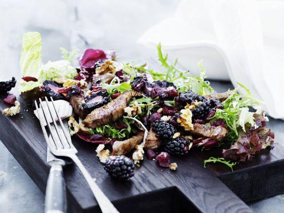 Salat mit Brombeeren und gebratenem Hähnchen