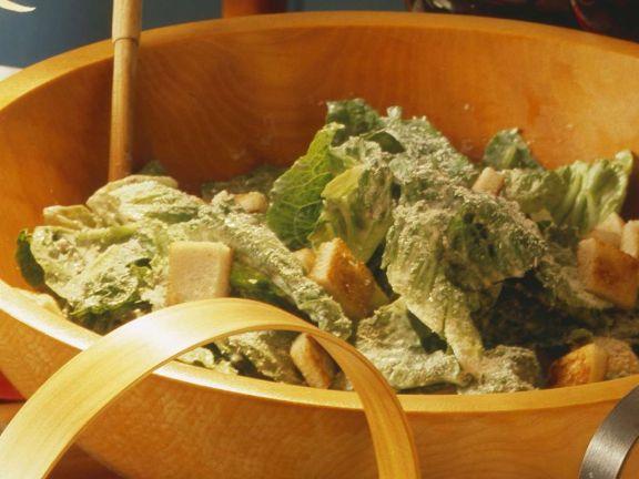 Salat mit Brotwürfeln