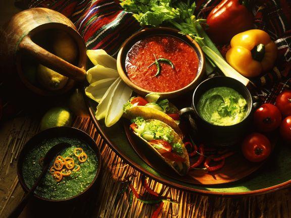 Salat mit Dips und Tacos