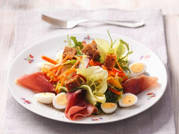 Salat mit Eiern, Schinken und Croûtons
