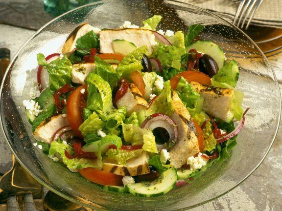 Salat mit Feta, Oliven, Paprika, Zwiebeln und Hähnchenstreifen