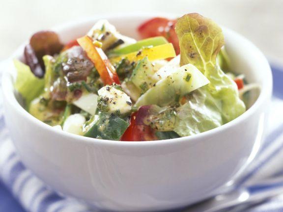Salat mit Feta, Oliven und Paprika