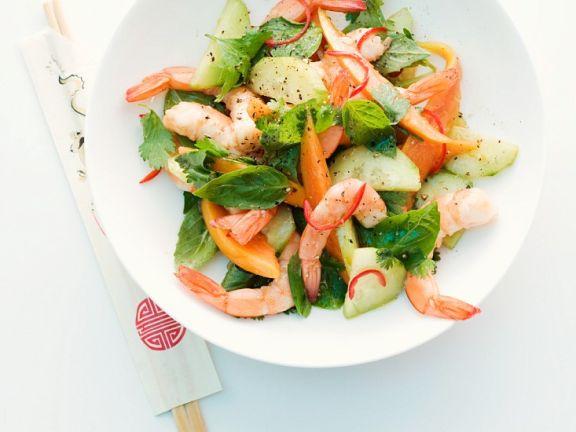 Salat mit Garnelen, Gurke, Papaya und frischen Kräutern