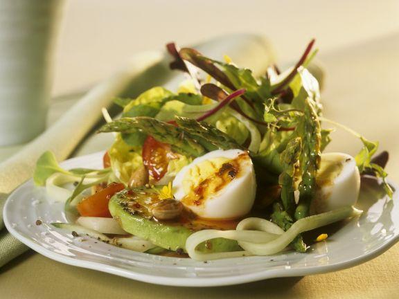 Salat mit Gemüse, harten Eiern und Pesto Rosso-Dressing