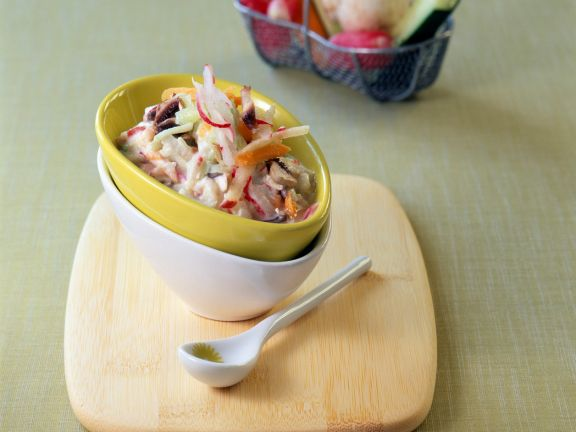 Salat mit Gemüse und Joghurt