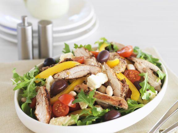 Salat mit Hähnchen, Rucola, Gemüse und Balsamico