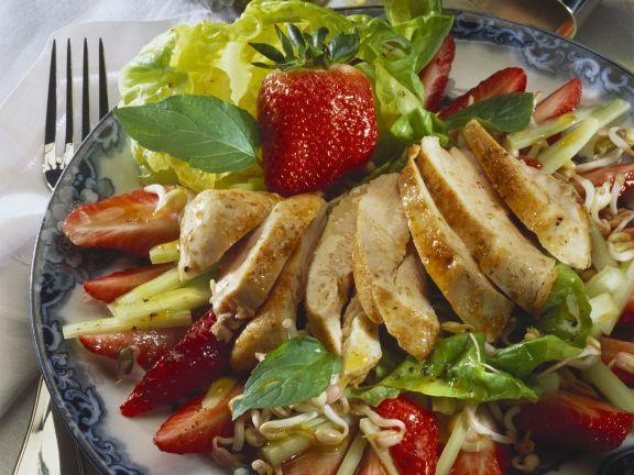 Salat mit Hähnchen, Sprossen und Erdbeeren