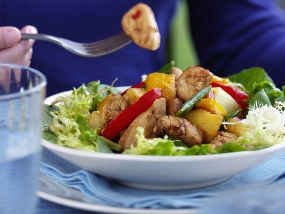 Salat mit Hähnchenstreifen und Ananas