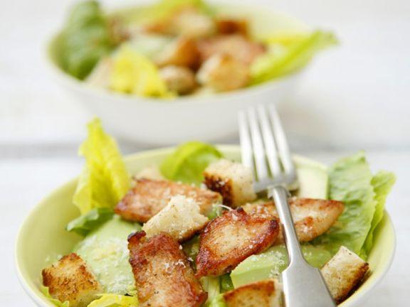 Salat mit Hühnchen, Avocado und knusprigen Croutons