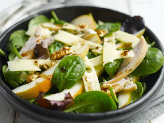 Salat mit Jarlsberg, Birnen, geräucherter Hähnchenbrust