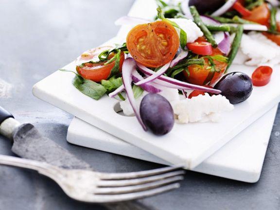 Salat mit Kablejau, Tomaten, Oliven und Zwiebeln