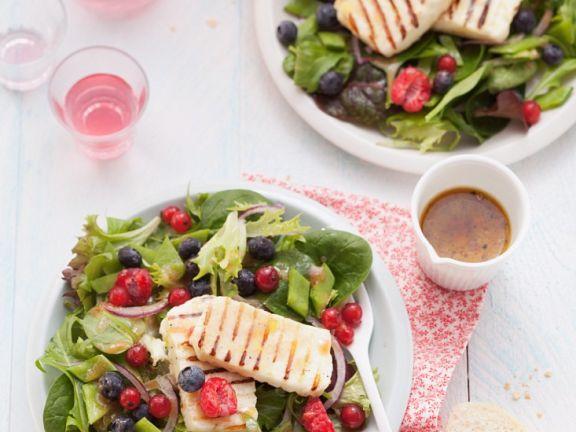 Salat mit Käse und Beeren
